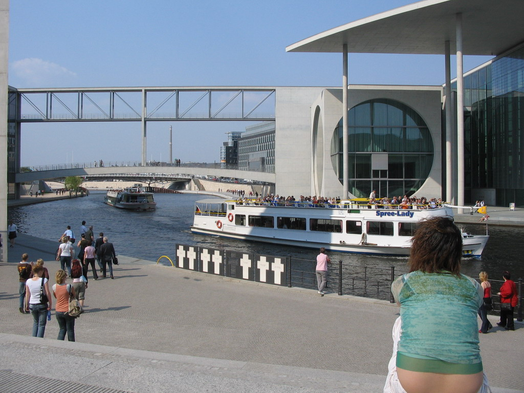 Miaomiao in front of the Spree river and the Marie-Elisabeth-L�ders-Haus building