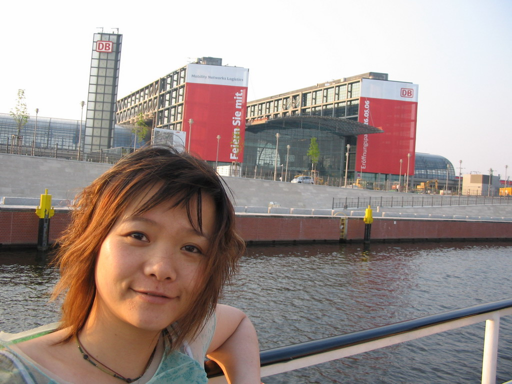 Miaomiao on the tour boat on the Spree river, with a view on the south side of the Berlin Hauptbahnhof railway station, under construction