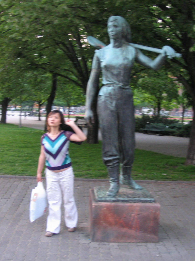 Miaomiao with a statue at the Rathausstra�e street
