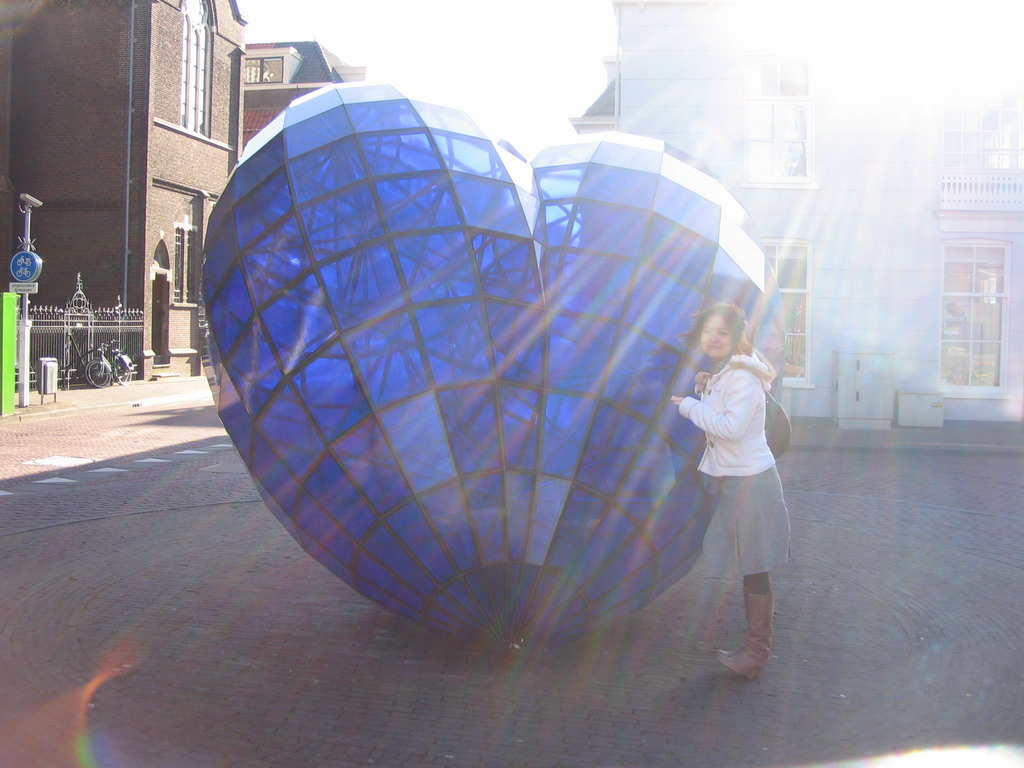 Miaomiao at the piece of art `Het Blauwe Hart` (The Blue Heart) at the Oude Langedijk street