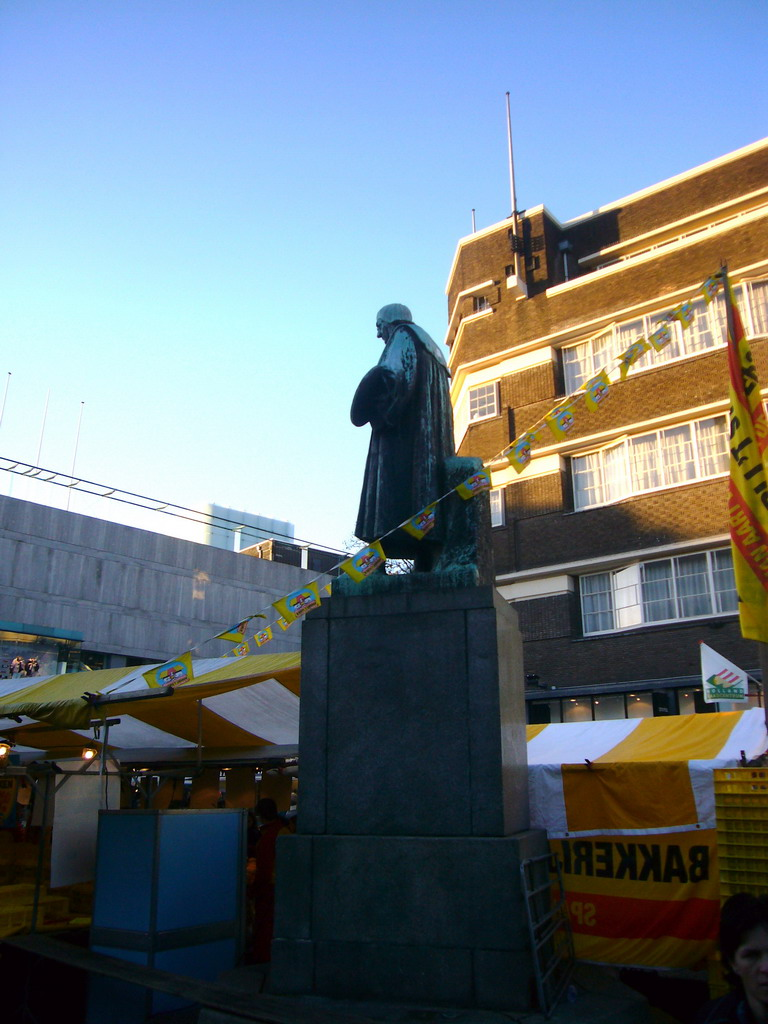 Statue of Hieronymus Bosch and market stalls at the Markt square