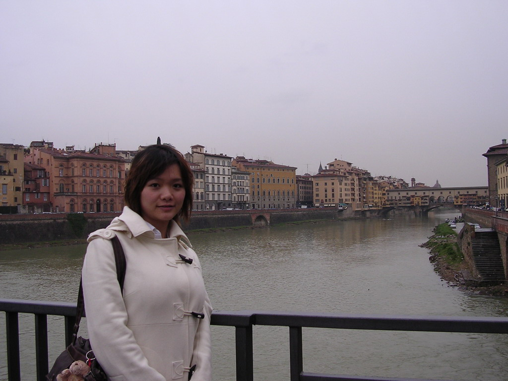 Miaomiao at the Ponte alle Grazie bridge, with a view on the Ponte Vecchio bridge over the Arno river