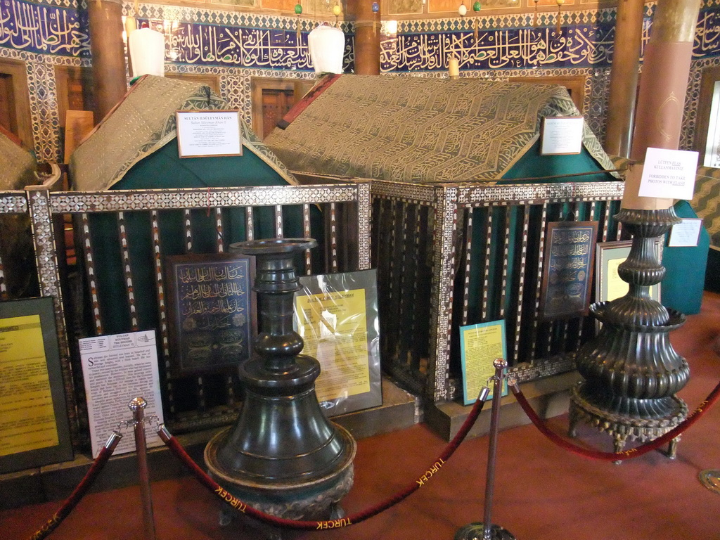 Coffins in the Tomb of Sultan Suleiman I, in the garden of the S�leymaniye Mosque