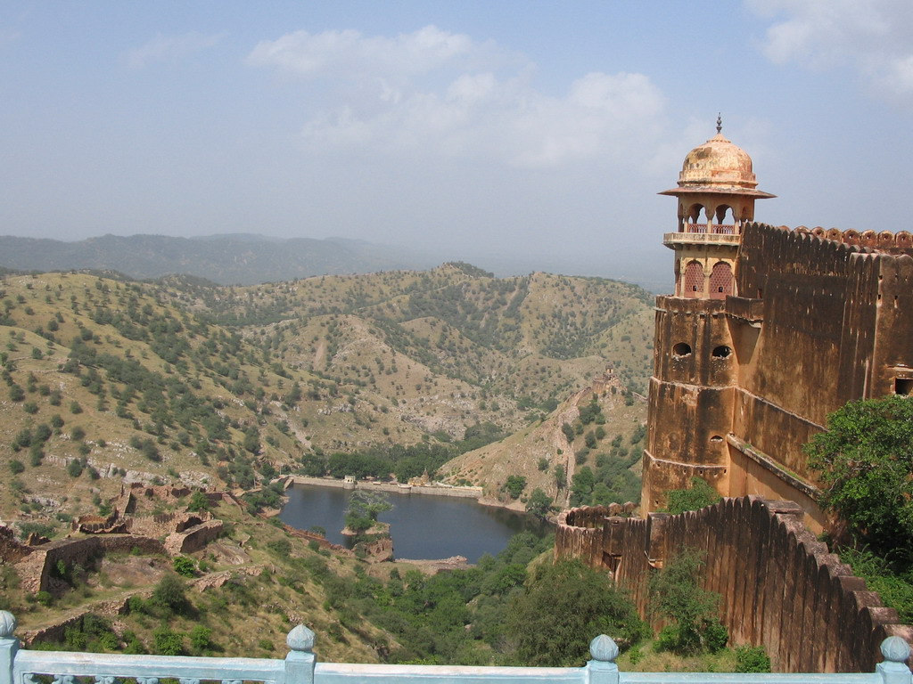 Northwestern tower of Jaigarh Fort, the Sagar Lake and the surrounding hills, viewed from a platform at the west side of Jaigarh Fort