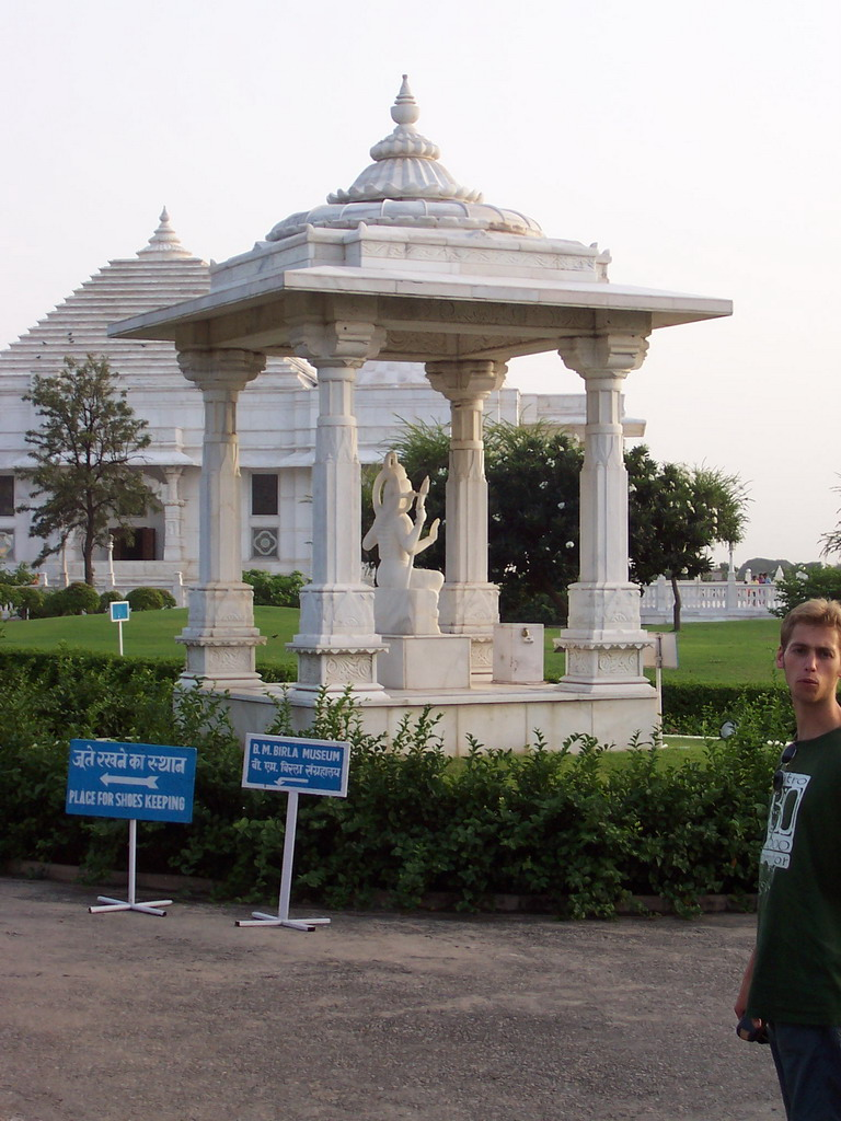 Rick in front of the Birla Mandir temple (Laxmi Narayan temple)