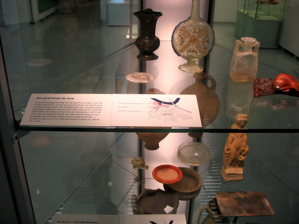 Items from a Roman grave at the Valkhof museum, with explanation