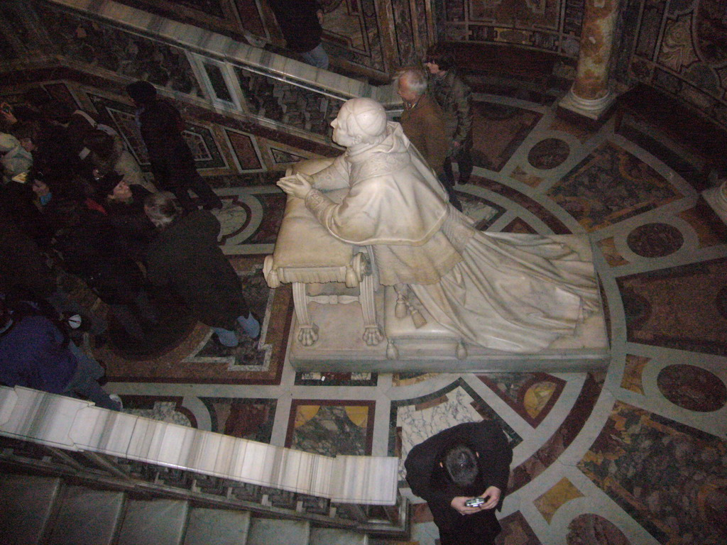 The Confessio, with a statue of Pope Pius IX, in the Basilica di Santa Maria Maggiore church