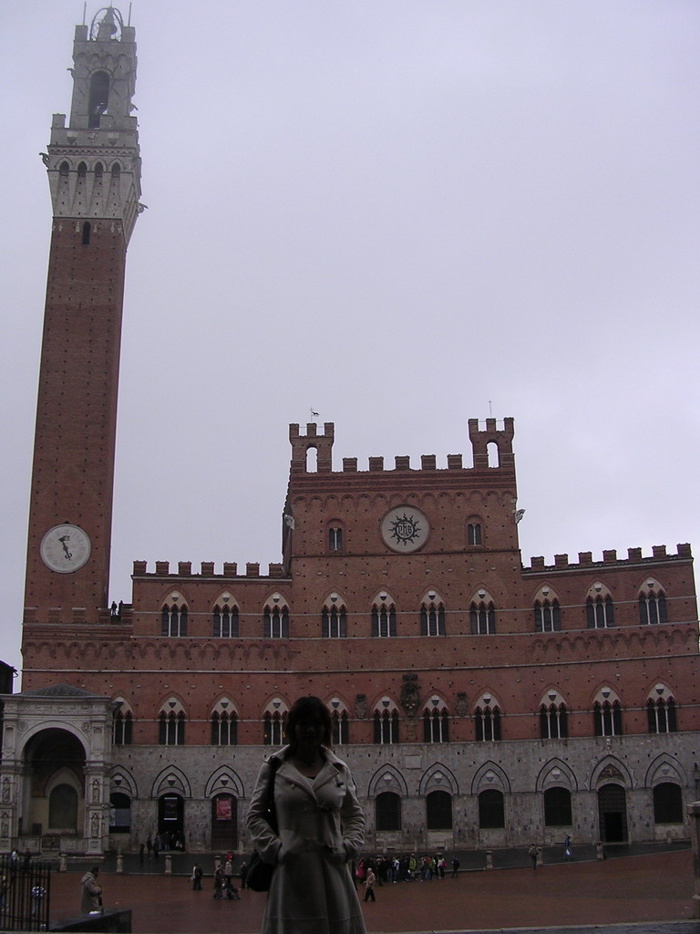 Miaomiao in front of the Pubblico Palace and the Tower of Mangia at the Piazza del Campo square
