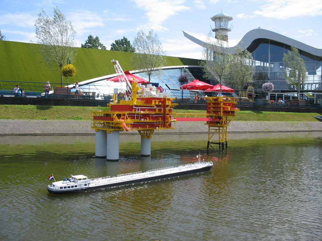 Scale model of an oil platform and a ship at the Madurodam miniature park